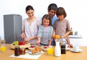 familia-desayunando